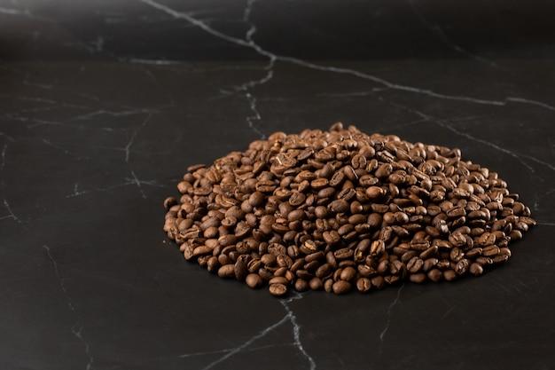 Isolierte kaffeebohne. nahaufnahmefoto. isolierte kaffeebohne. nahaufnahmefoto. ansicht von oben. hintergrund mit gerösteten kaffeebohnen