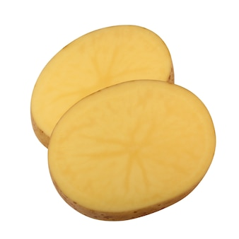 Isolierte kartoffeln. zwei stücke rohe kartoffeln lokalisiert auf einem weißen hintergrund mit einem beschneidungsweg.
