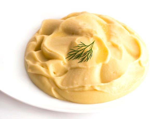 Isolierte kartoffelpüree auf dem weißen teller.