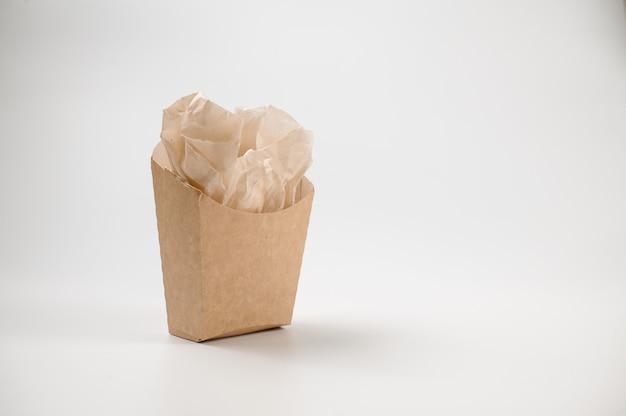 Isolierte leere braune papiertüte zum mittagessen auf weiß