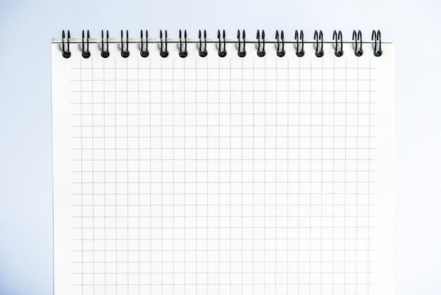 Isolierte notizbuch mit spirale auf dem grau-blauen hintergrund