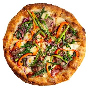 Isolierte peperonata-pizza mit fleisch