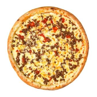 Isolierte pizza mit hackfleisch und tomaten auf weißem hintergrund