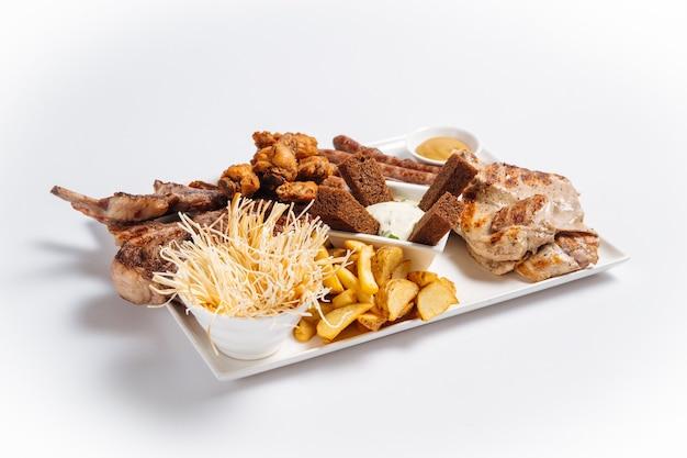 Isolierte platte mit gegrilltem fleisch und bier
