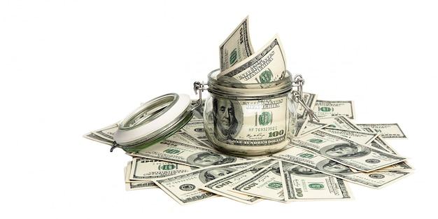 Isolierte rechnungen von einhundert us-dollar.