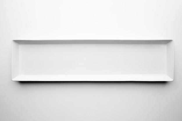 Isolierte rechteckige weiße tellerkeramikplatte