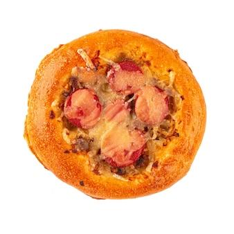 Isolierte russische kantinen-minipizza mit würstchen
