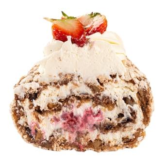 Isolierte scheibe baiserrolle mit sahne und erdbeere auf der weißen oberfläche