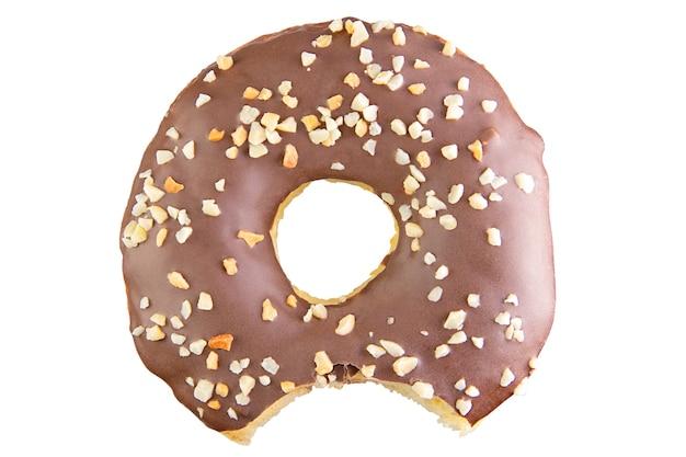 Isolierte schokoladendonut in stapel geschossen. durch stapeln fotografiert. angebissener donut. donut gefüllt. isoliertes stiftwerkzeug
