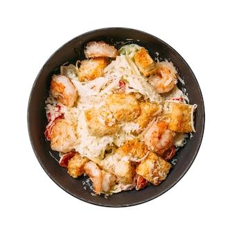 Isolierte schüssel caesar mit croutons und hühnchen