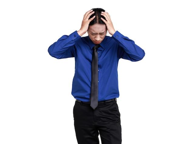 Isolierte studioaufnahme von asiatischen unglücklichen stress deprimieren verärgert sorgen wütend panik traurig verwirren geschäftsmann mitarbeiter offizier mitarbeiter stehen händchen haltend auf dem kopf bekam kopfschmerzen problem auf weißem hintergrund.