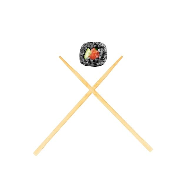 Isolierte sushi-rolle mit stäbchen