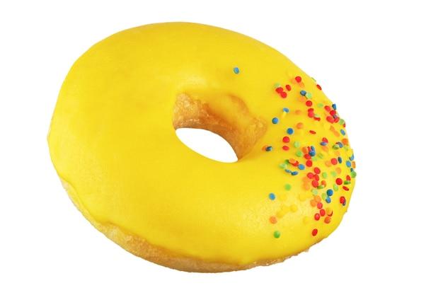 Isolierter donut mit gelbem zuckerguss, bestreut. auf den stapel geschossen. durch stapeln fotografiert.