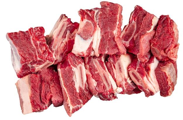 Isolierter gehackter frischer roher rindfleischrippenfleischteil