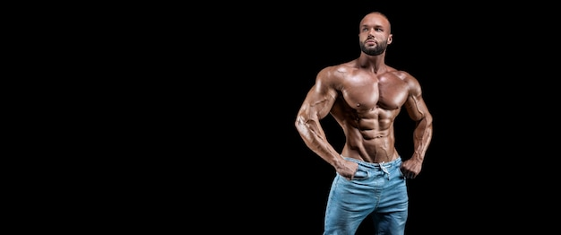 Isolierter muskulöser mann isoliert auf schwarz.