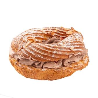 Isolierter paris-brest-kuchen mit kaffeecreme auf der weißen oberfläche