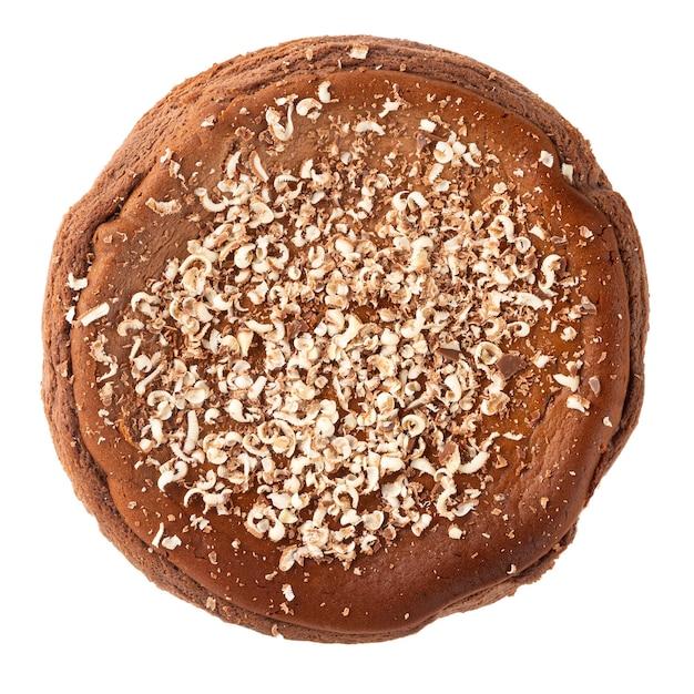 Isolierter spanischer käsekuchen mit geschmolzener schokolade auf der weißen oberfläche