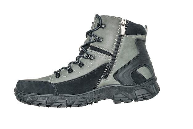 Isolierter stiefel für winterwanderung lokalisiert auf weißem hintergrund. lässige sport herrenschuhe.