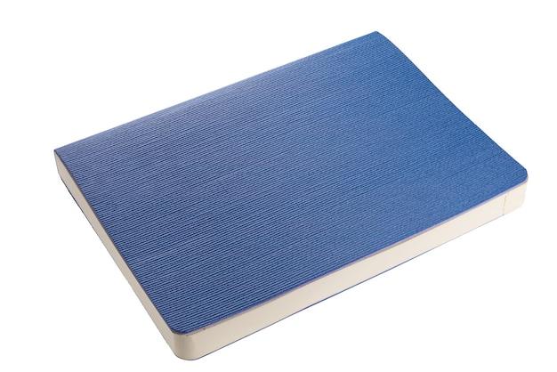 Isoliertes blaues notizbuch auf weißem hintergrund. schneiden sie mit einem pfad. volle schärfentiefe...