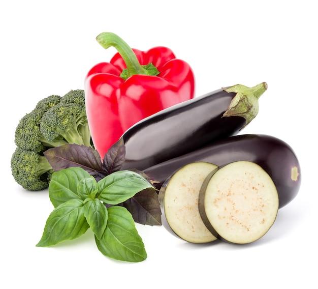 Isoliertes gemüse. rohe auberginen, brokkoli und süße paprika isoliert auf weißem hintergrund.