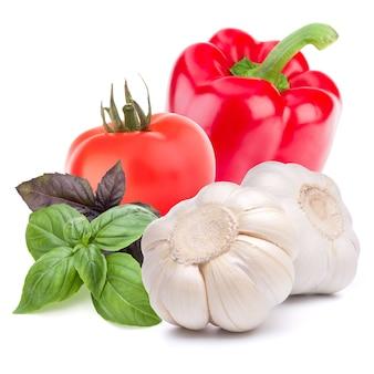 Isoliertes gemüse. süße paprika, tomate, knoblauch auf weißem hintergrund