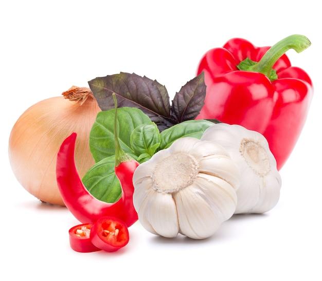 Isoliertes gemüse. süße paprika, zwiebel, knoblauch, chilischote isoliert auf weißem hintergrund