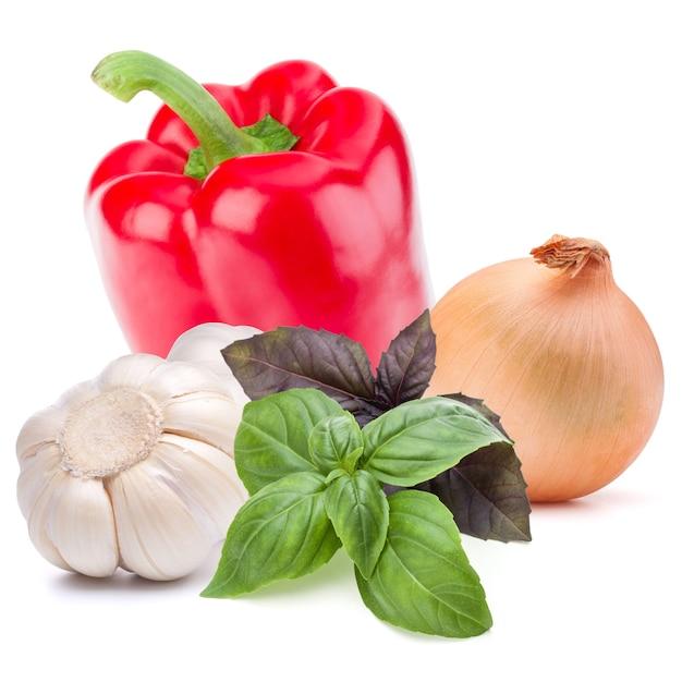 Isoliertes gemüse. süße paprika, zwiebel, knoblauch isoliert auf weißem hintergrund