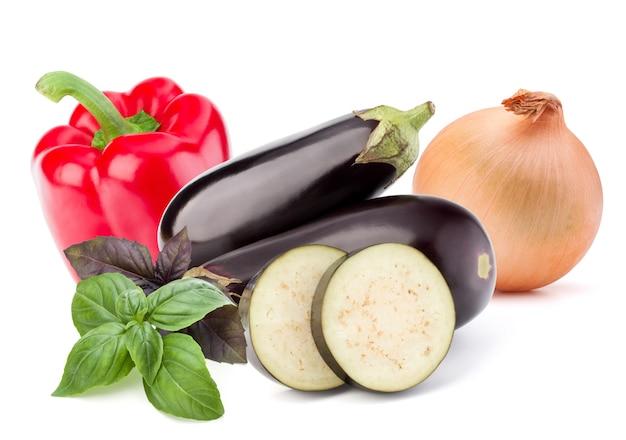 Isoliertes gemüse. süßer paprika, aubergine und zwiebel lokalisiert auf weißem hintergrund