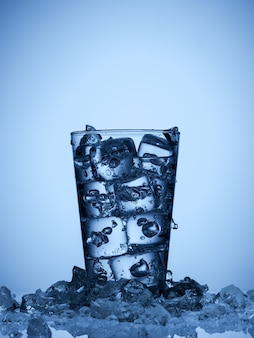 Isoliertes glas wasser mit eiswürfeln auf hellblauem hintergrund