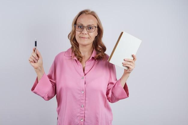 Isoliertes porträt des lehrers mit lehrbuch und stift