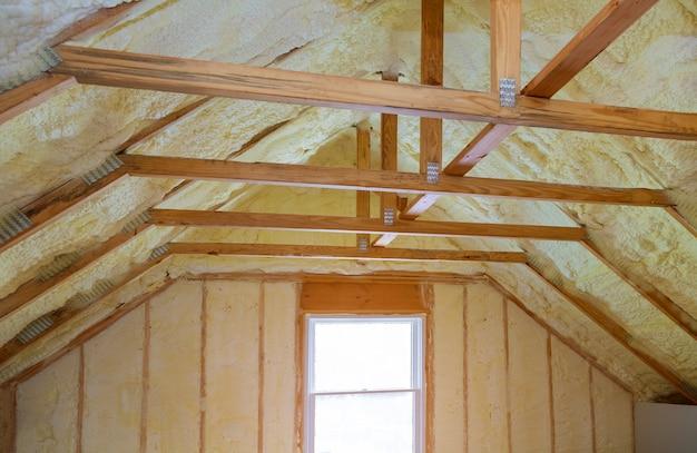 Isolierung des dachbodens mit schaumpolyharnstoffisolierung kälteschutz und isoliermaterial