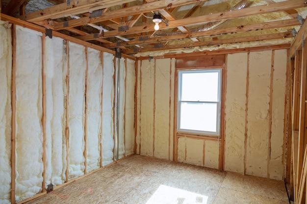Isolierung des dachgeschosses mit glasfaser-kältesperre und isoliermaterial