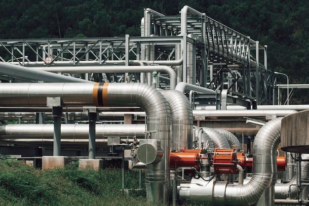 Isolierung und flansch von langen stahlrohren in der rohölfabrik während der raffinerie petrochemieindustrie in der gasbrennerei