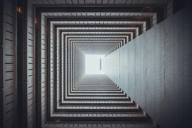 Isometrische quadratische ansicht von unten aus gebäude heraus.