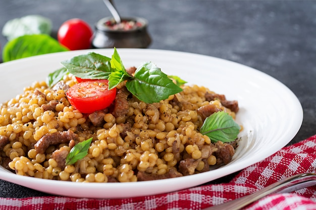 Israelischer couscous mit rindfleisch. leckeres essen. asiatische mahlzeit