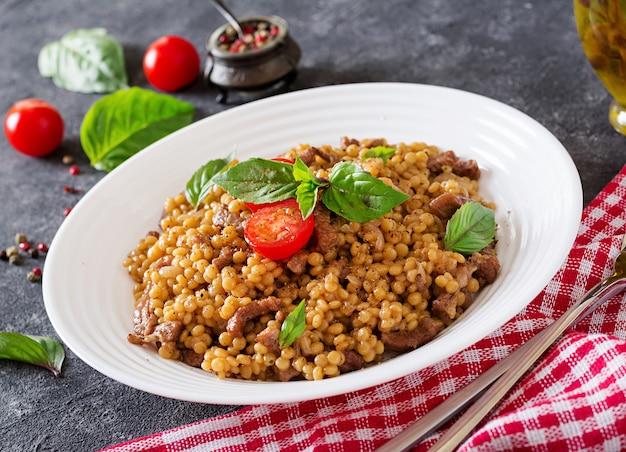 Israelischer couscous mit rindfleisch. leckeres essen. asiatische mahlzeit.