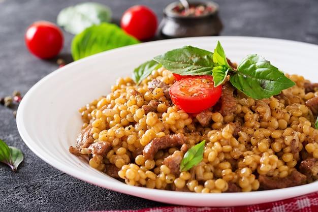 Israelischer couscous mit rindfleisch.