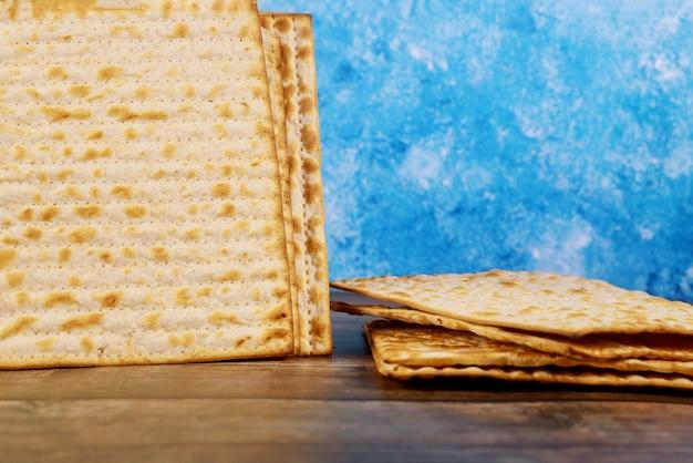 Israelisches matzebrot für den jüdischen feiertag.