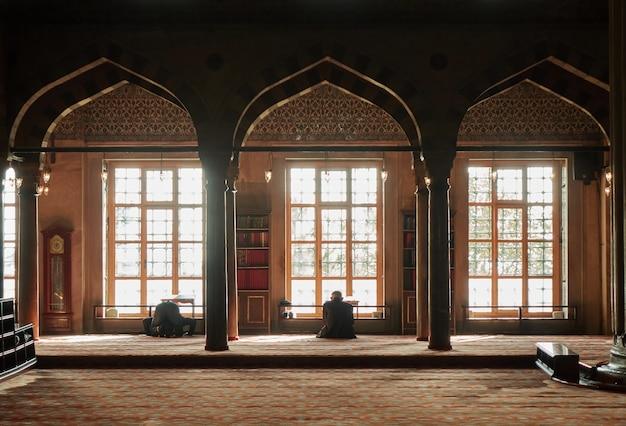 Istambul, türkei - november, türkischer muslimischer mann betet in einer blauen moschee
