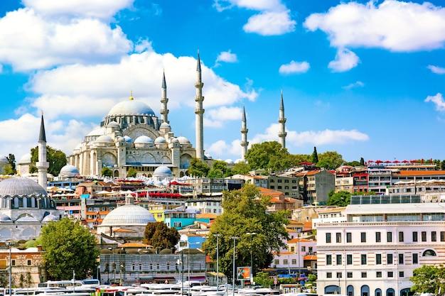Istanbul-ansicht der süleymaniye-moschee mit stadtteil sultanahmet gegen blauen himmel und wolken. istanbul, türkei während des sonnigen sommertages.