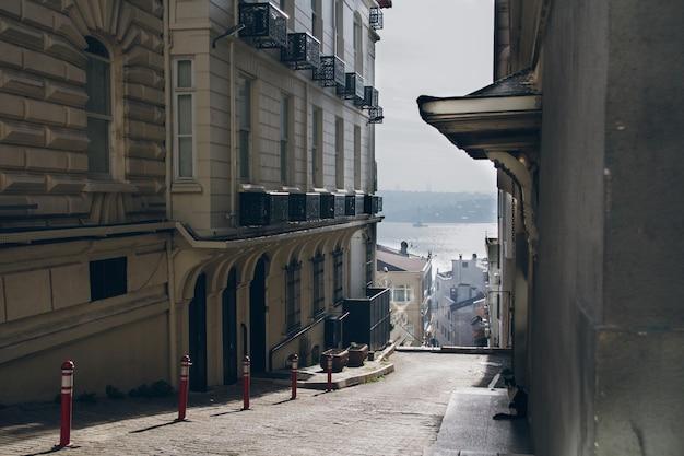 Istanbul seitenstraße mit blick auf den bosporus am morgen