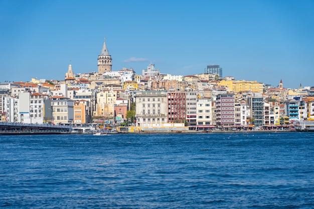 Istanbul-stadtbild mit galata-turm in istanbul, die türkei