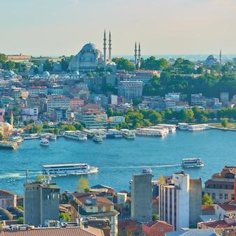 Istanbul und goldenes horn einlass am sommerabend, türkei