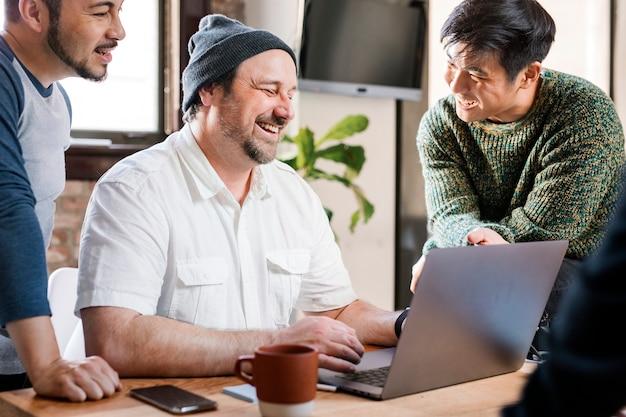 It-beauftragter im gespräch mit seinen kollegen im büro