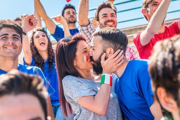 Italien-anhänger feiern im stadion mit flaggen