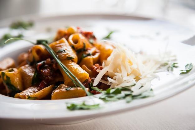 Italien, das beste restaurant in florenz. beispiel für paccheri pasta am tisch serviert, kein studiofoto
