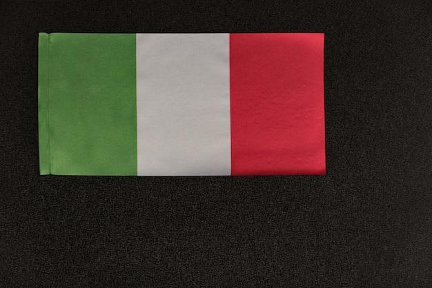 Italien-flagge auf schwarzem hintergrund. nationales symbol der italienischen republik.