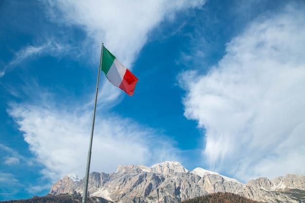 Italien-flagge mit blauem himmel in bozen, italien.