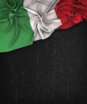 Italien-flagge vintag auf einem grunge-schwarz-tafel mit raum für text
