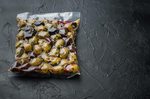 Italien frische oliven, auf schwarzem tisch